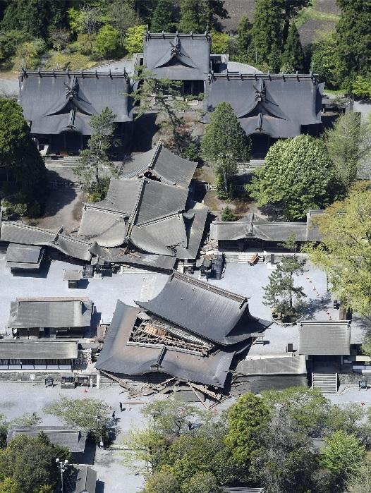 Aso_shrine_2016_earthquake